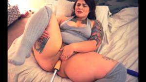 Сладкая пышка ебется с секс машиной - скриншот #12