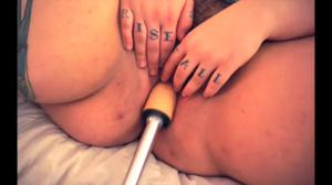 Сладкая пышка ебется с секс машиной - скриншот #16