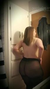 Полная телочка показывает свое тело - скриншот #14