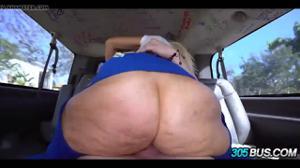 Блондинка трахается в микроавтобусе - скриншот #11