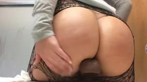Секс игрушка для очаровательной попки - скриншот #14