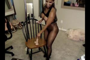 Красивая мулатка дрочит киску на стуле