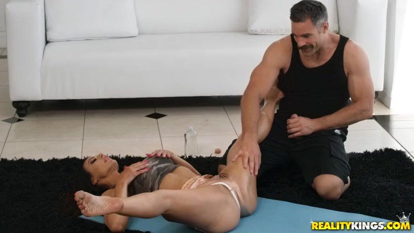 Милфа соблазнила инструктора по йоге