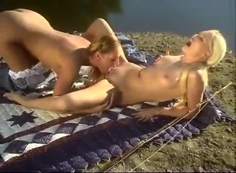 Девушки ласкаются на берегу реки