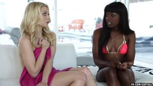 Худая негритянка развращает блондинку - скриншот #4