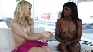 Худая негритянка развращает блондинку - скриншот #5