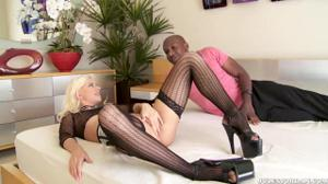 Блондинка порется с большим черным членом - скриншот #6