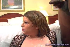 Мужчины по очереди вафлят женщину и кончают ей на лицо - скриншот #21