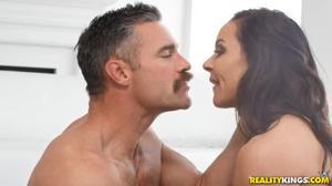Милфа соблазнила инструктора по йоге - скриншот #9