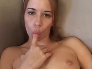Опытная девушка делает Саре фистинг - скриншот #8