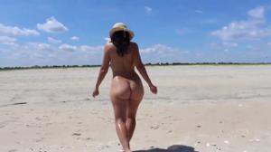 Голая попка молодой подружки на пляже - скриншот #15