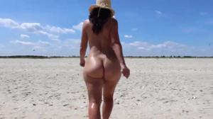 Голая попка молодой подружки на пляже - скриншот #16
