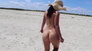 Голая попка молодой подружки на пляже - скриншот #17