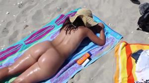 Голая попка молодой подружки на пляже - скриншот #21