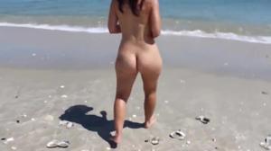 Голая попка молодой подружки на пляже - скриншот #7