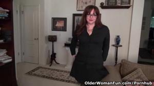Американская мамочка раздевается и дрочит писю - скриншот #1