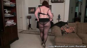 Американская мамочка раздевается и дрочит писю - скриншот #7