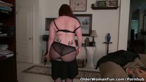 Американская мамочка раздевается и дрочит писю - скриншот #8