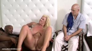 Сочная мамочка шпилится с негром при муже - скриншот #19