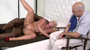 Сочная мамочка шпилится с негром при муже - скриншот #20