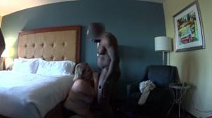 Толстячка Никки ебется с негром и в комнату заходит муж - скриншот #2
