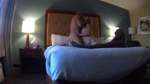 Толстячка Никки ебется с негром и в комнату заходит муж - скриншот #20