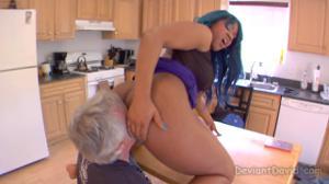 Седой мужик вылизывает жопу негритянки - скриншот #7