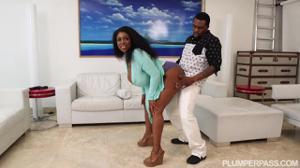 Темнокожий мужик пытается удовлетворить сочную негритянку - скриншот #1