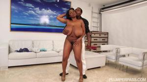 Темнокожий мужик пытается удовлетворить сочную негритянку - скриншот #3