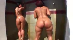 Две итальянки отдыхают на вилле с неграми - скриншот #3