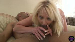 Негр атакует анус сочной женщины - скриншот #4