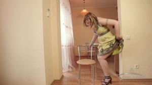 Женщина дрочит волосатую киску крупным планом - скриншот #1