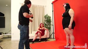 Жирные лесбиянки ебутся с фотографом - скриншот #2