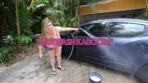 Жирная баба моет машину - скриншот #1