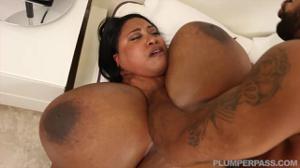 Толстая негра с необъятными дойками сношается с мужчиной - скриншот #17