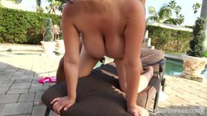 Секс у бассейна с кубинкой - скриншот #17