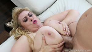 Полная блондинка расслабляется с мужчиной - скриншот #19