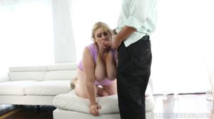 Полная блондинка расслабляется с мужчиной - скриншот #8