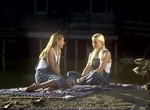Девушки ласкаются на берегу реки - скриншот #1
