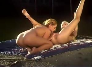 Девушки ласкаются на берегу реки - скриншот #13