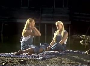 Девушки ласкаются на берегу реки - скриншот #2