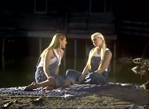 Девушки ласкаются на берегу реки - скриншот #3