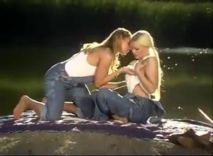 Девушки ласкаются на берегу реки - скриншот #5
