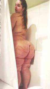 Девушка с узкой талией моет мясистые ляхи - скриншот #10
