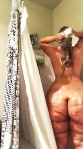 Девушка с узкой талией моет мясистые ляхи - скриншот #13