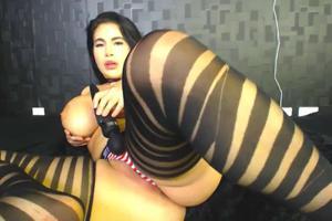 Брюнетка мастурбирует через трусики - скриншот #10