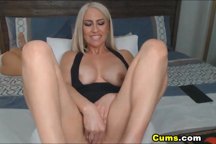 Роскошная блонда скачет на секс игрушке