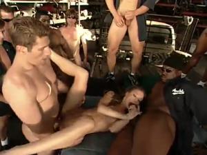 Натянули толпой худую шлюшку и прикормили спермой - скриншот #11