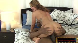 Женщина сквиртит от гангбанга - скриншот #14