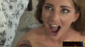 Женщина сквиртит от гангбанга - скриншот #21